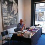 2018-05-26 Herman Peeters achter verkooptafel in expositieruimte