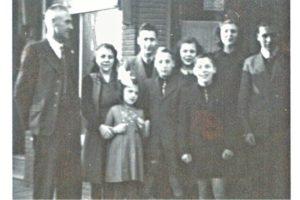 1948 circa - Familie Joosten voor hun woning-winkel op Posthuisstraat 16a - vader Harry moeder Käte Gölden (Keetie) en kinderen Pierre (1928) Gerda (1929) Harry (1930) Elly (1931) Jo (1933) Leo (1934) en José (1938)